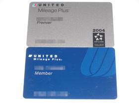 Mileage Plus Member Card(下)とPremier Card(上)
