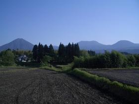 日向前田駅辺りから見た霧島連峰。左端が高千穂峰か