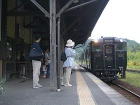 嘉例川駅に入線するはやとの風