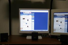 5年以上使ってきた19インチCRT(右) に比べると新品のLCD(左)はずいぶん明るくてビックリ